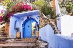 Medina van Chefchaouen, Marokko nam van voor zijn gebouwen in schaduwen van blauw nota royalty-vrije stock afbeeldingen