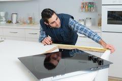 Medindo o local de trabalho da cozinha imagens de stock
