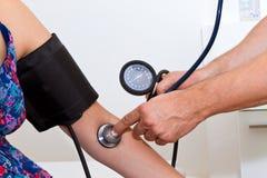 Medindo a pressão sanguínea Fotografia de Stock
