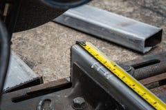 Medindo um metal que já cortasse com fita de medição fotos de stock royalty free