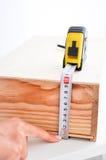 Medindo uma caixa com roleta Imagens de Stock Royalty Free