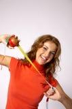Medindo uma maçã Fotos de Stock