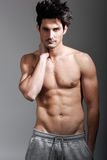 Medio cuerpo atractivo desnudo del hombre atlético muscular Foto de archivo libre de regalías