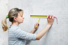 Medição da mulher do trabalhador do carpinteiro Foto de Stock