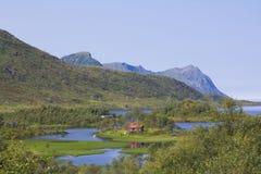 Medio de la casa de las aguas y de las montañas Imágenes de archivo libres de regalías