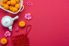 Medio de la lengua china rico o rico y feliz Año Nuevo lunar de la opinión de sobremesa y fondo chino del concepto del Año Nuevo  foto de archivo libre de regalías