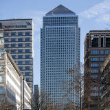Medio die Middagkijk op Canary Wharf Londen uit de overkant van de rivier Theems wordt gehad Stock Afbeelding