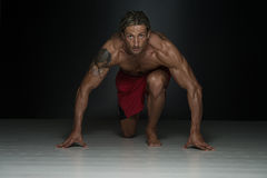 Medio evo sano Guy Doing Push Up Exercise Immagine Stock