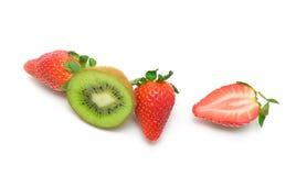 Kiwi y fresas en un fondo blanco - visión superior. Imagen de archivo
