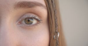 Medio lanzamiento de la cara del primer de la hembra caucásica bonita joven con los anillos del pelo y el maquillaje del brillo q almacen de metraje de vídeo