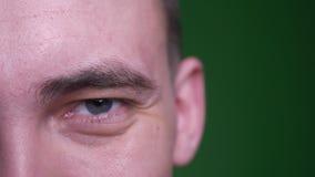 Medio lanzamiento de la cara del primer del varón atractivo adulto que mira la cámara con la expresión facial sonriente con el fo almacen de metraje de vídeo