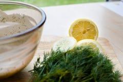 Medio limón con los ingredientes del eneldo imagenes de archivo