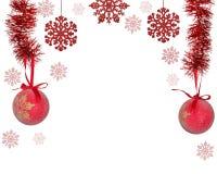 Medio marco de decoraciones rojas del árbol de navidad en blanco Foto de archivo