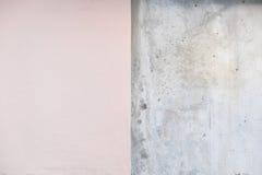 Medio melocotón y papel pintado concreto viejo Fotos de archivo