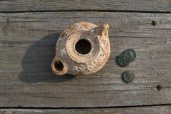 Medio Oriente Clay Oil Lamp e vecchie monete Fotografia Stock Libera da Diritti