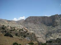Medio Oriente o l'Africa, la catena montuosa nuda pittoresca e paesaggi sabbiosi i grandi di un deserto della valle abbelliscono  fotografie stock libere da diritti