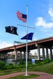 Medio palo de la bandera americana para las víctimas del tiroteo de Orlando Foto de archivo libre de regalías