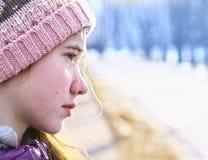 Medio retrato de la cara de la muchacha adolescente en sombrero hecho punto Fotografía de archivo