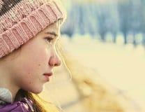 Medio retrato de la cara de la muchacha adolescente en sombrero hecho punto Fotos de archivo