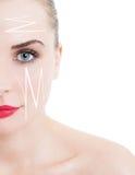 Medio retrato de la cara de la mujer hermosa con las flechas de la cirugía estética Fotografía de archivo libre de regalías