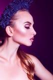 Medio retrato de la cara del modelo de moda adulto de la belleza con la guirnalda Foto de archivo libre de regalías