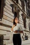 Medio retrato de la longitud de los jóvenes que sueñan dar un paseo femenino en el ambiente urbano en día soleado de la primavera Fotos de archivo libres de regalías