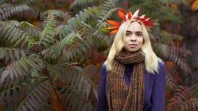 Medio retrato de la longitud de la hembra joven en el parque del otoño imagenes de archivo