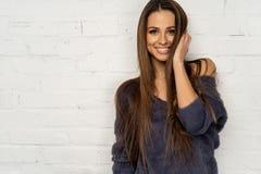 Medio retrato de la longitud de mujeres sonrientes jovenes fotografía de archivo libre de regalías