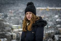 Medio retrato del cuerpo del adolescente caucásico hermoso en el invierno Imágenes de archivo libres de regalías