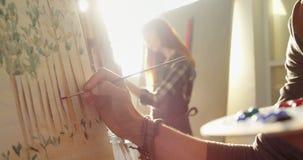 Medio sectie van kunstenaar het schilderen op canvas 4k stock footage
