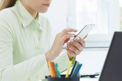 Medio sectie van smartphone van de vrouwenholding Stock Fotografie
