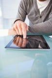 Medio sectie van zakenman die digitale tablet gebruiken bij bureau royalty-vrije stock fotografie