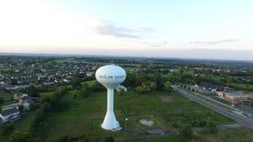 Medio suburbano aéreo de la torre de agua de Ohio almacen de metraje de vídeo