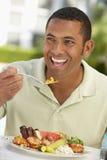 Medio Volwassen het Dineren van de Mens Al Fresko Stock Afbeeldingen