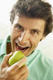 Medio Volwassen Mens die een Gezonde Appel eet stock foto
