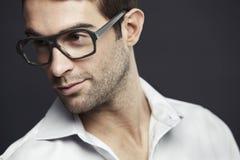 Medio volwassen mens die glazen draagt Stock Fotografie