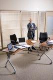 Medio-volwassen Spaanse zakenman die zich in bureau bevindt royalty-vrije stock afbeelding