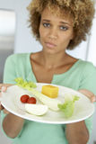 Medio Volwassen Vrouw die een Plaat van Gezond Voedsel houdt royalty-vrije stock fotografie