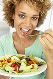 Medio Volwassen Vrouw die een Salade eet stock fotografie