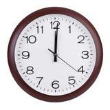 Mediodía en el dial del reloj redondo Imagenes de archivo