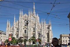Mediolańska Katedralna fasada z flagami na niebieskim niebie Fasada fotografia stock