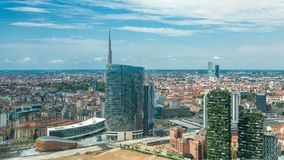 Mediolański widok z lotu ptaka nowożytny góruje i drapacze chmur i Garibaldi stacja kolejowa w dzielnicy biznesu timelapse zbiory