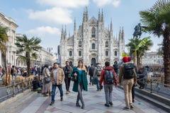 Mediolańskiego Duomo Katedralny widok w wiośnie z turystami, Włochy zdjęcia stock