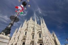 Mediola?ska Katedralna fasada z flagami na niebieskim niebie Flagi macha na niebieskim niebie zdjęcia royalty free