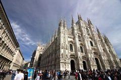 Mediola?ska Katedralna fasada z flagami na niebieskim niebie Fasada obrazy stock
