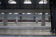 Mediolan, centrali stacja 12/22/2016 Prawie pusta stacja jest czerwonym strzały pociągiem obrazy royalty free