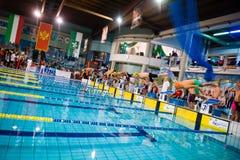 MEDIOLAN, GRUDZIEŃ - 23: zaczyna 4x100 styl wolnego w Pływać Meeti Zdjęcie Stock