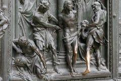 MEDIOLAN, ITALY/EUROPE - LUTY 23: Szczegół główny drzwi przy t Obrazy Stock