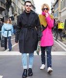MEDIOLAN, LUTY - 24, 2018: Modny pary odprowadzenie dla fotografów w ulicie po ERMANNO SCERVINO pokazu mody, Zdjęcia Stock