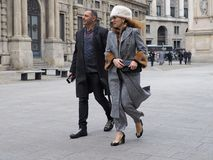 MEDIOLAN, LUTY - 25, 2018: Para w SAN FEDELE kwadracie przed MSGM pokazem mody podczas Mediolańskiej mody, Obrazy Royalty Free